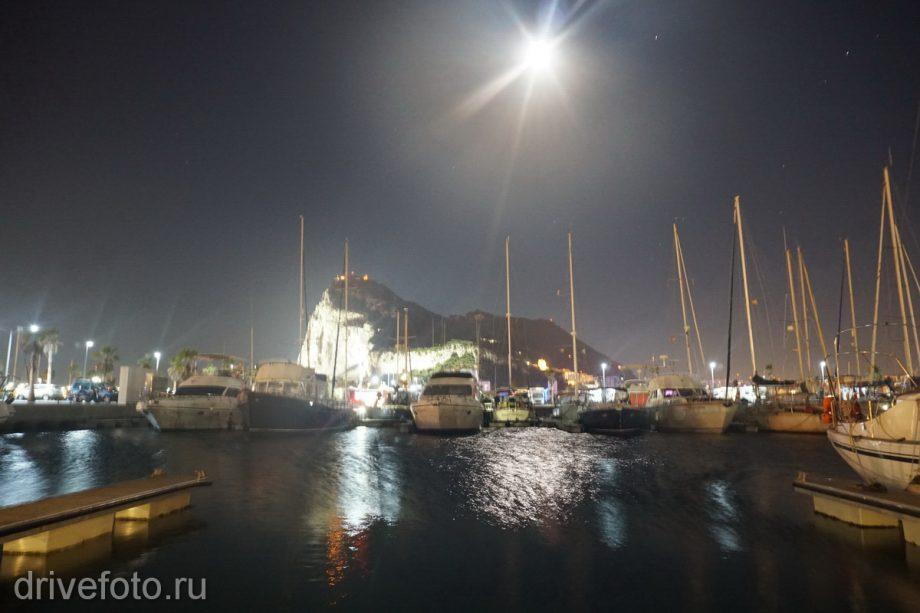 Сзади скала Гибралтар