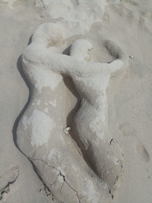 Скульптуры из песка на пляже