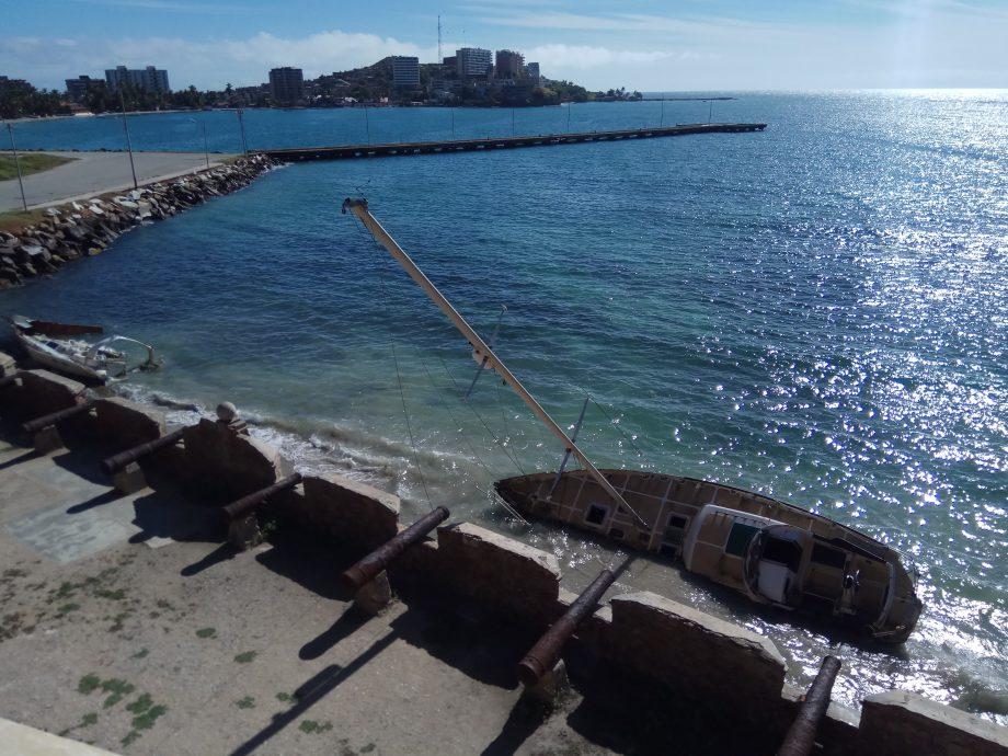 Под стенами форта разбитые яхты