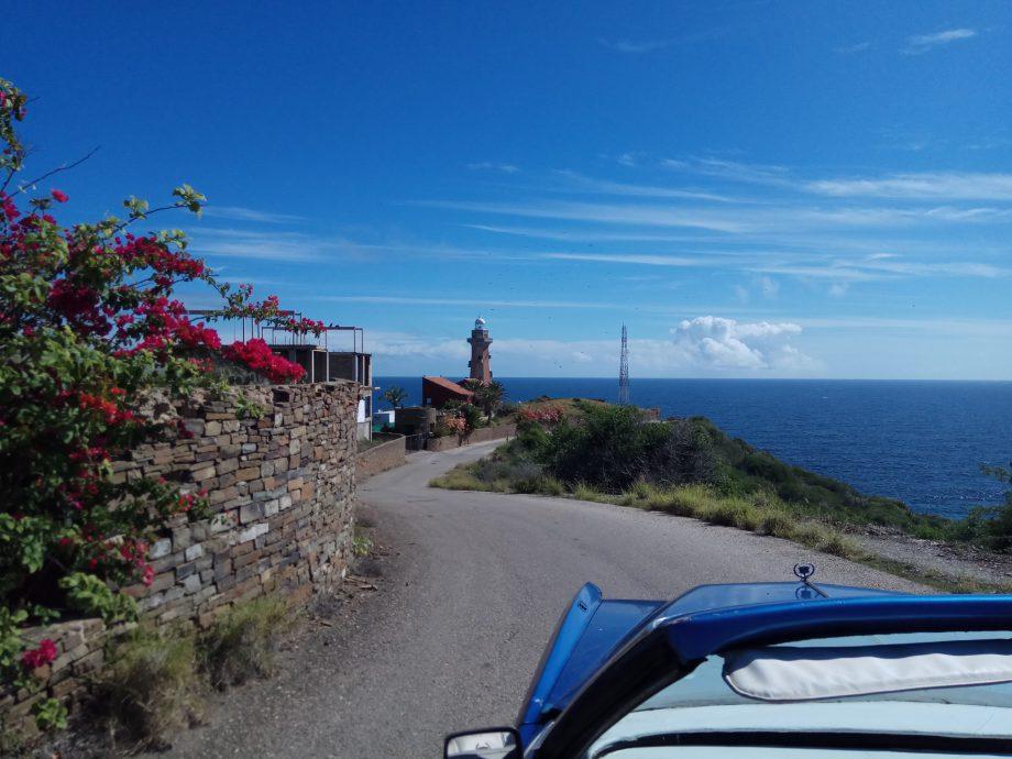 Вид на маяк, по прямой от которого 500 миль до Доминиканской республики