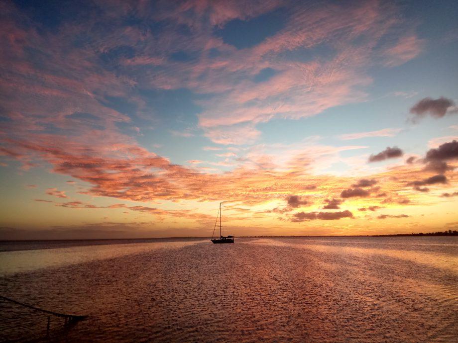 Та самая одинокая яхта, стоящая в заливе Porlamar. Это на ней живут для охраны и ее регулярно грабят