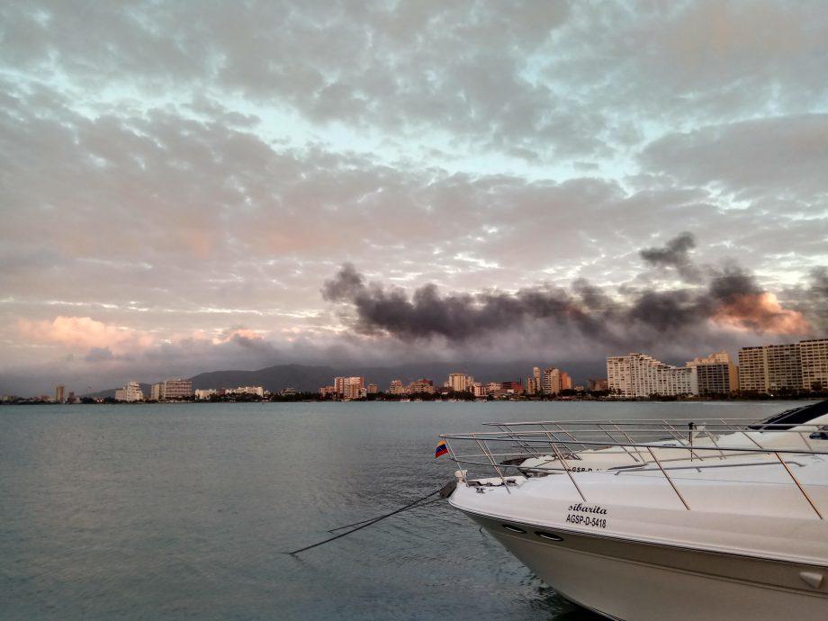 Шлейф дыма от, горящих в соседней марине, яхт