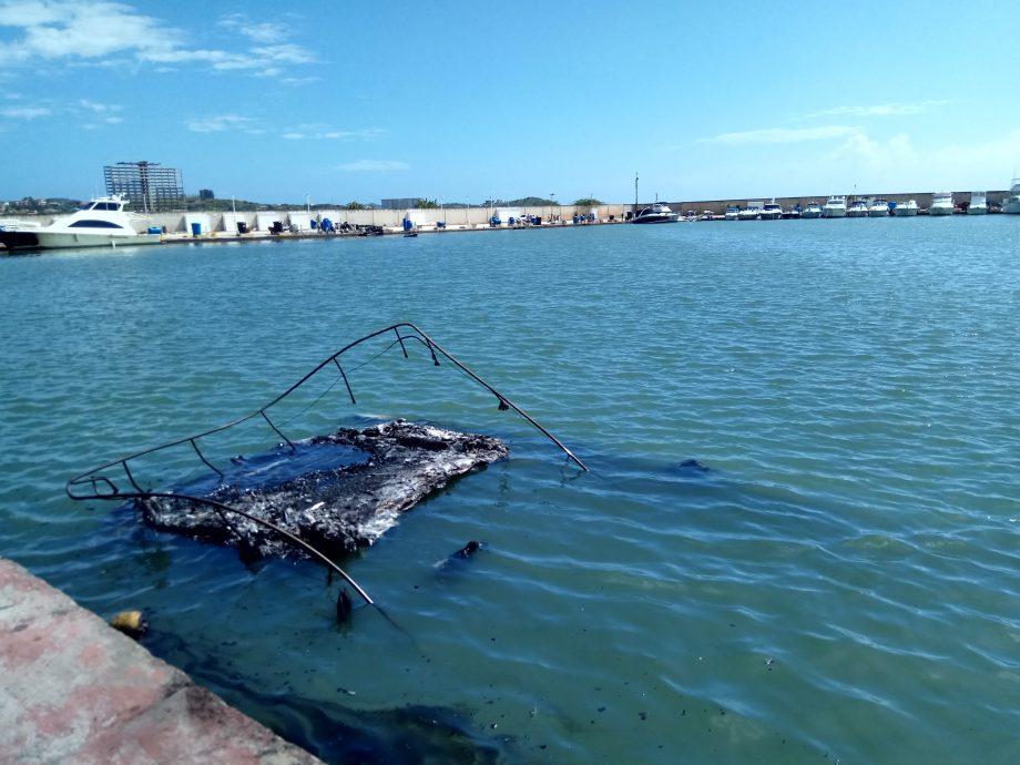 Сгоревшие лодки по большей части затонули