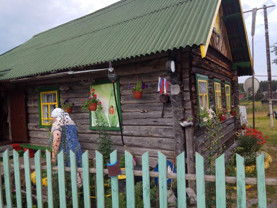 Бабушка и ее домик в Нильмогубе