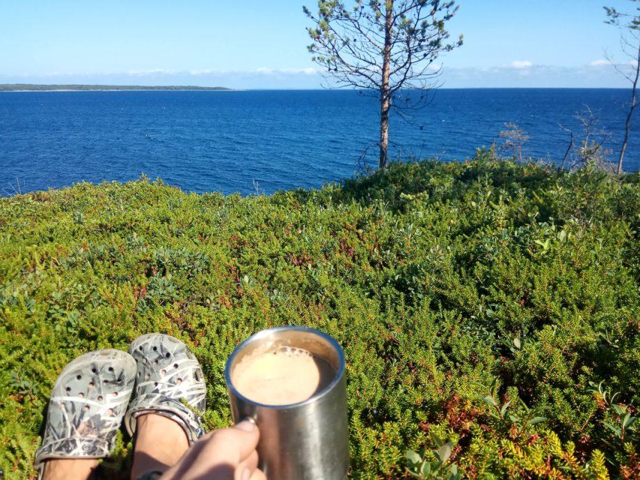 Мой утренний кофе на зеленом ковре